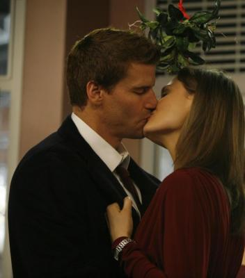 Booth and Brennan kissing